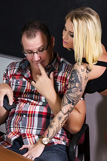 Blonde Tattooed Babe Daisy Monroe Gets Screwed